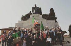 Mazziniani davanti al monumento di Giuseppe Mazzini a Roma
