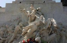 Nicola Poggiolini e Mario Di Napoli davanti al monumento di Giuseppe Mazzini a Roma